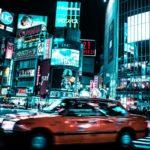 東京都渋谷区の夜のスクランブル交差点の画像