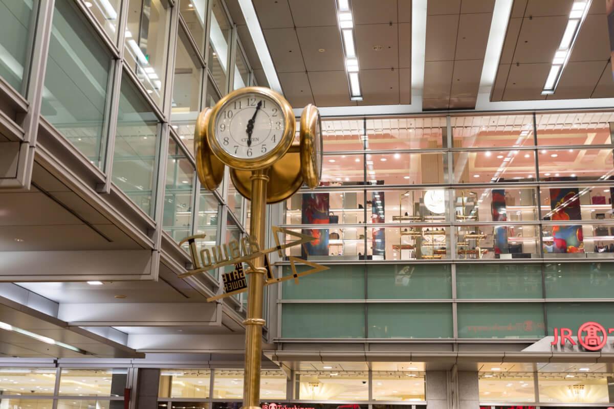 愛知県の名古屋駅にある金時計の画像