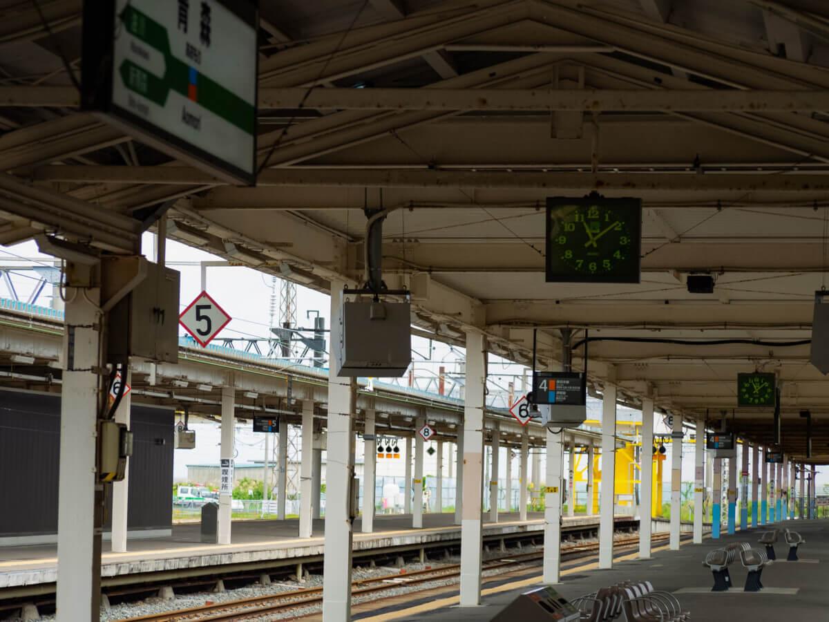 青森県の駅のホームの画像
